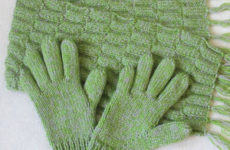 Комплект «Весенняя зелень» (шарф и перчатки спицами)